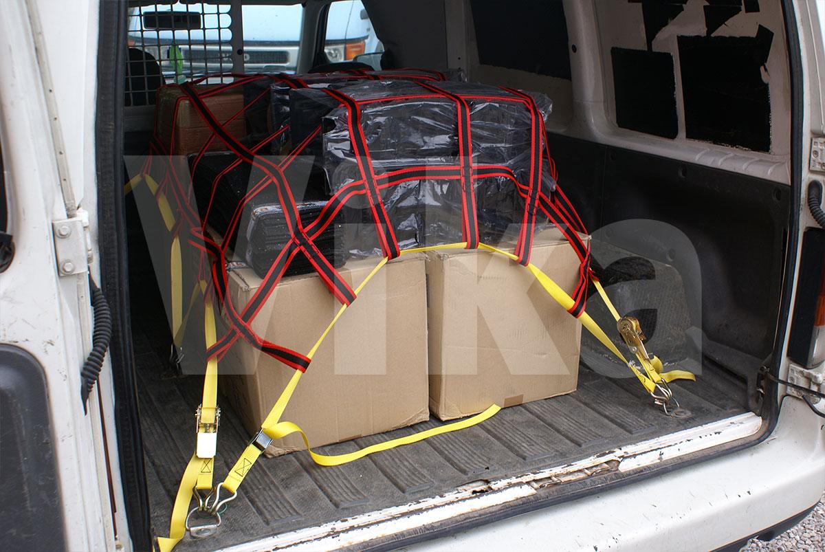 Siatka zabezpieczająca ładunek przez dociśnięcie ładunku do podłoża
